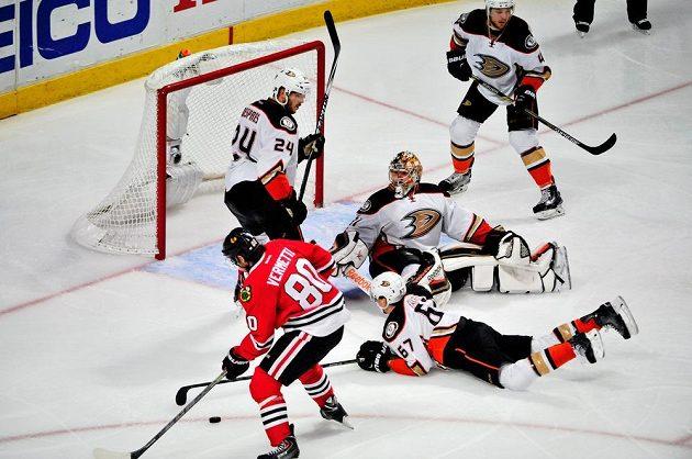 První pokus Antoina Vermetta neprošel skrz hradbu těl hokejistů Anaheimu, jenže kotouč se odrazil zpět k útočníkovi Chicaga.