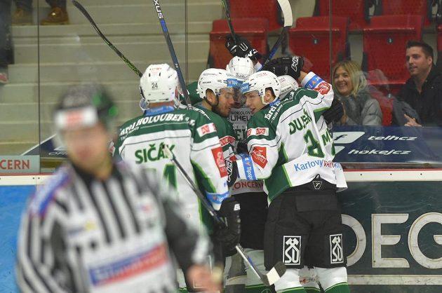 Hokejisté Karlových Varů oslavují vstřelený gól v duelu s Chomutovem.