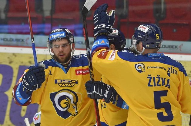 Zlínští hráči se radují z prvního gólu.