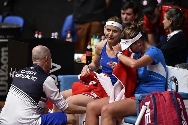 Lucie Šafářová, jež se loučí s kariérou, a Barbora Krejčíková (vpravo) nastoupily proti Kanaďankám Gabriele Dabrowské a Sharon Fichmanové