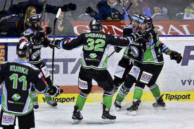 Mladoboleslavští hokejisté se radují z vítězné branky na ledě Pardubic.