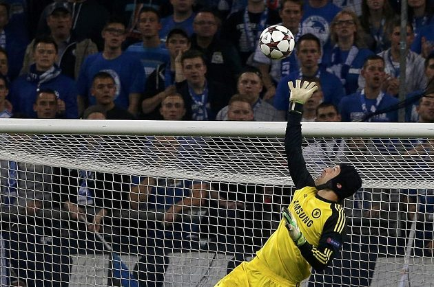 Gólman Chelsea Petr Čech likviduje pokus fotbalistů Schalke 04.