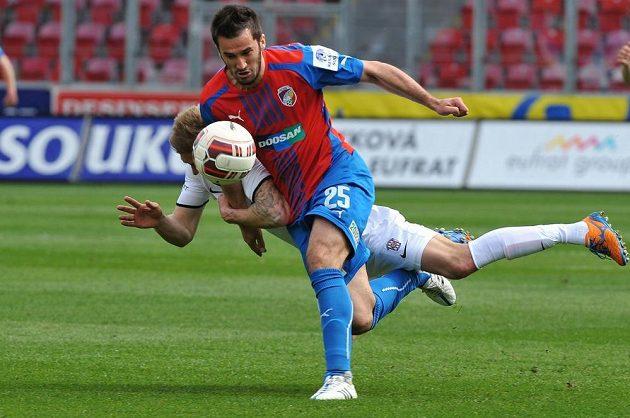 Záložník Zbrojovky Radek Buchta (vzadu) a útočník Plzně Aidin Mahmutović bojují o míč.