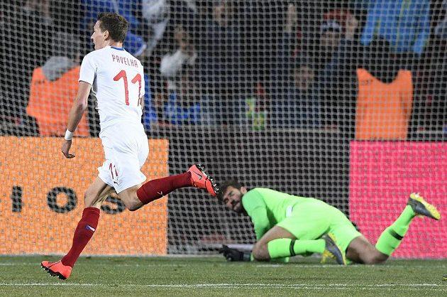 David Pavelka se raduje ze vstřeleného gólu, přihlíží brankář Brazílie Alisson Becker.