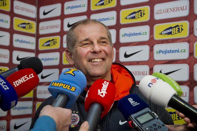 Nový trenér Sparty Petr Rada hovoří s novináři před prvním tréninkem.