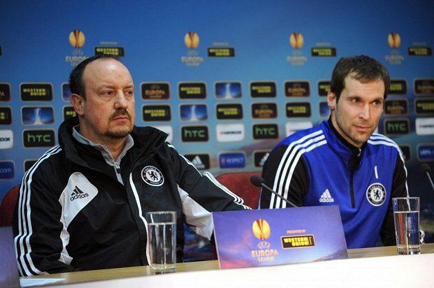 Trenér Chelsea Rafael Benítez (vlevo) a brankář londýnského týmu Petr Čech na středeční tiskové konferenci v Praze.