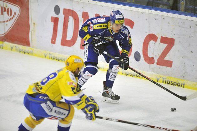 Tomáš Vondráček z Brna (v modrém) se snaží přelstít zlínského Zdeňka Okála.