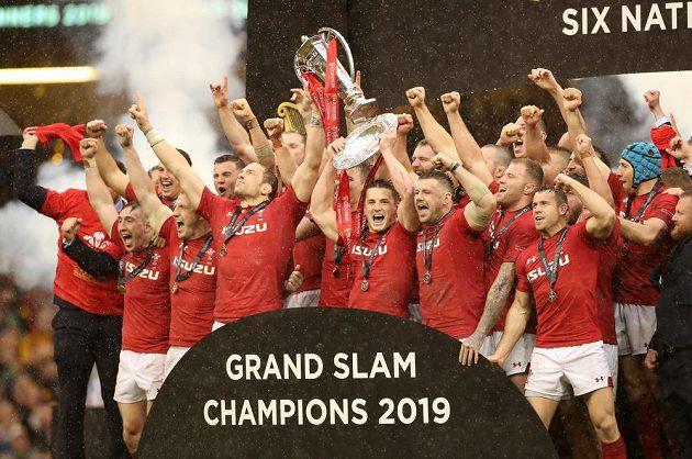 Mistří! Ragbisté Walesu při korunovaci vítězů Six Nations.