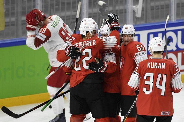 Radost Švýcarů z gólu proti Bělorusku.
