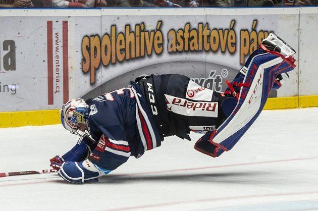 Brankář Vítkovic Patrik Bartošák se raduje po vítězném utkání v Pardubicích.