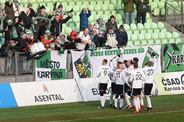 Radost hráčů z Karviné z gólu.