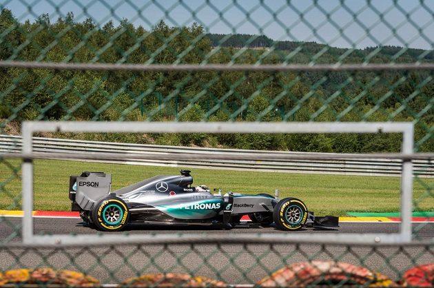 Průhled na mercedes Lewise Hamiltona během kvalifikace na VC Belgie.
