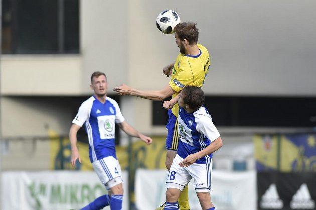 Tomáš Poznar ze Zlína (nahoře) a Jakub Fulnek z Boleslavi (vpravo) v akci během nadstavby fotbalové ligy v utkání finále skupiny o Evropu.