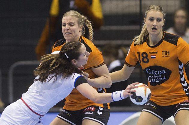 Iveta Luzumová se prodírá nizozemskou obranou.