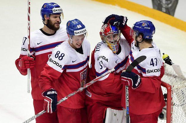 Čeští reprezentanti (zleva) Michal Jordán, David Pastrňák, Pavel Francouz a Jan Kovář se radují z vítězství nad Švýcary.
