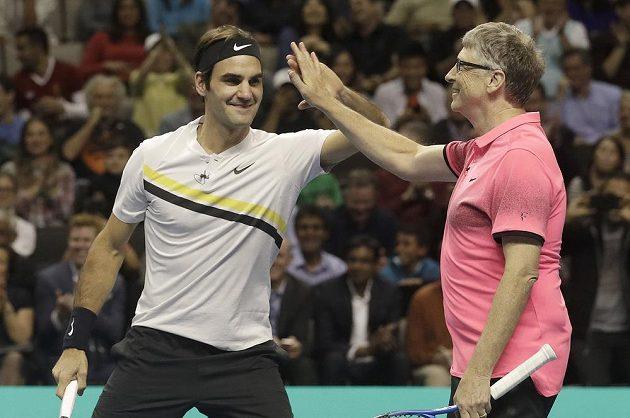 Roger Federer a Bill Gates při exhibici v San Jose.