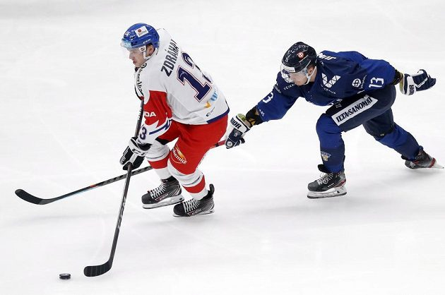 Českého hokejistu Patrika Zdráhala atakuje Fin Julius Junnttila na Channel One Cupu.