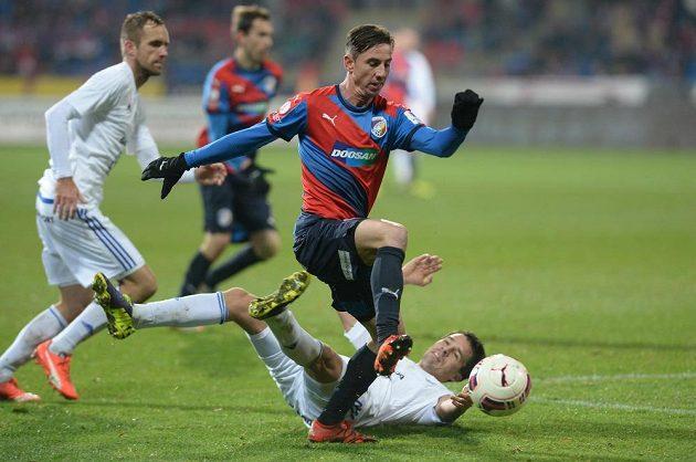 Plzeňský záložník Milan Petržela (vpředu) obchází ležícího Romana Poloma z Mladé Boleslavi.
