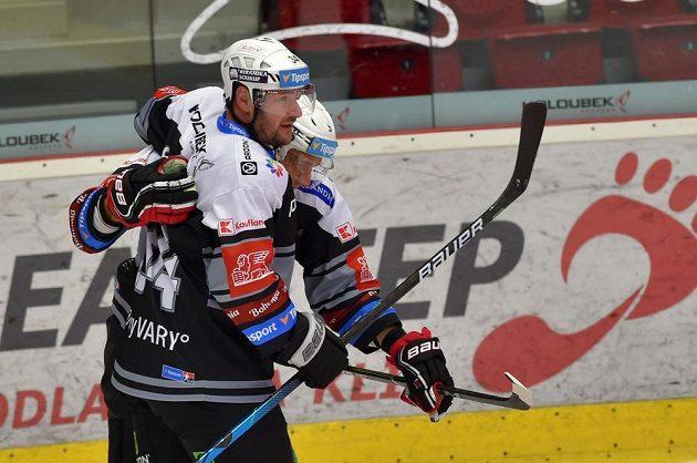 Karlovarská hokejová radost. Zleva Václav Skuhravý a Tomáš Vondráček (střelec) se radují z gólu.