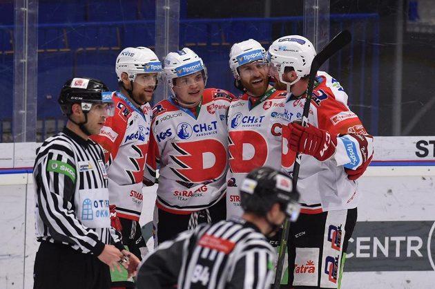 Hokejisté Pardubic se radují z gólu. Zleva Patrik Poulíček, autor branky Matěj Blümel, Jakub Nakádal a Ondřej Vála.
