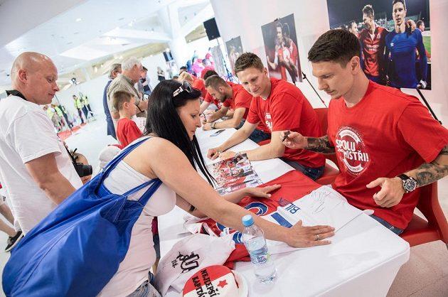 Fanoušci Slavie si přišli pro podpisy svých idolů, nových českých fotbalových mistrů. Jiří Bílek (vpředu) a Milan Škoda během autogramiády.