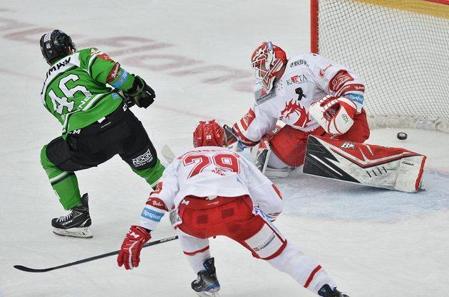Vlevo Ondřej Najman z Mladé Boleslavi střílí gól brankáři Třince Ondřeji Kacetlovi. Uprostřed je Martin Gernát.