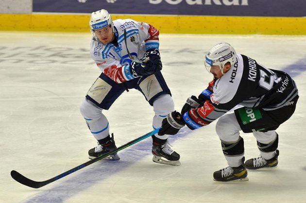 Zleva Matěj Stříteský z Plzně, Martin Kohout z Karlových Varů během utkání hokejové extraligy.