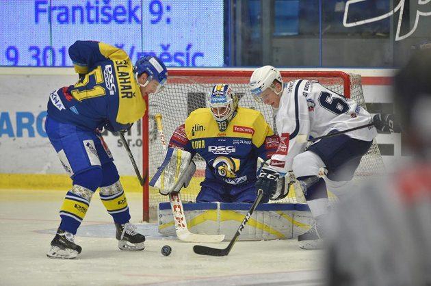 Zleva Jakub Šlahař ze Zlína a zlínský brankář Libor Kašík, sledují, jak se plzeňský hokejista Jakub Pour snaží v extraligovém utkání dostat k puku.