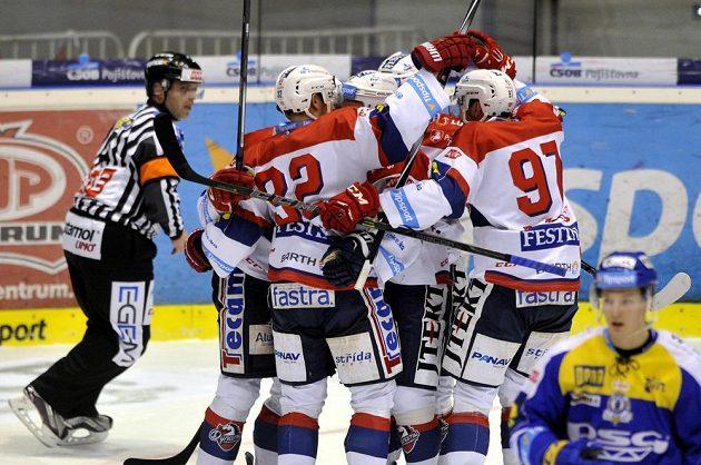Pardubičtí hokejisté se radují z gólu proti Zlínu.
