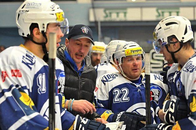 Plzeňský trenér Michal Straka udílí hráčům pokyny během zápasu s Třincem.