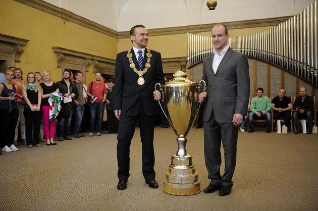 Primátor Plzně Martin Baxa (vlevo) a kapitán plzeňských hokejistů Martin Straka s mistrovským pohárem.