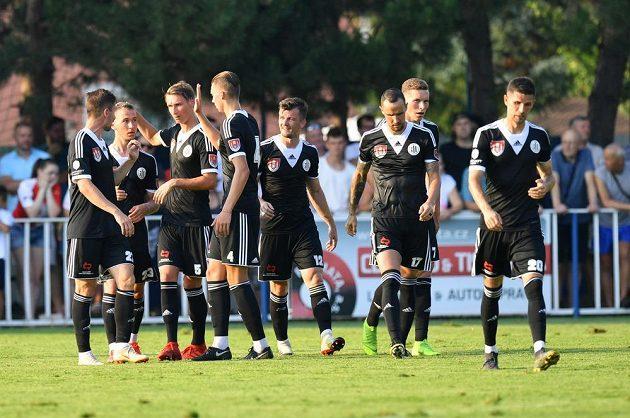 Fotbalisté Českých Budějovic se radují z branky
