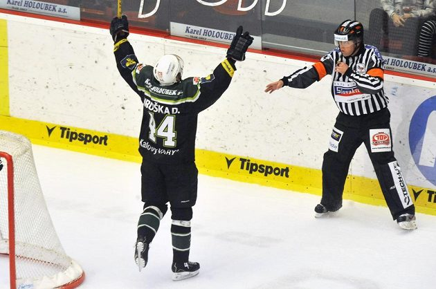David Hruška z Karlových Varů se raduje z gólu na 2:1 proti Hradci.