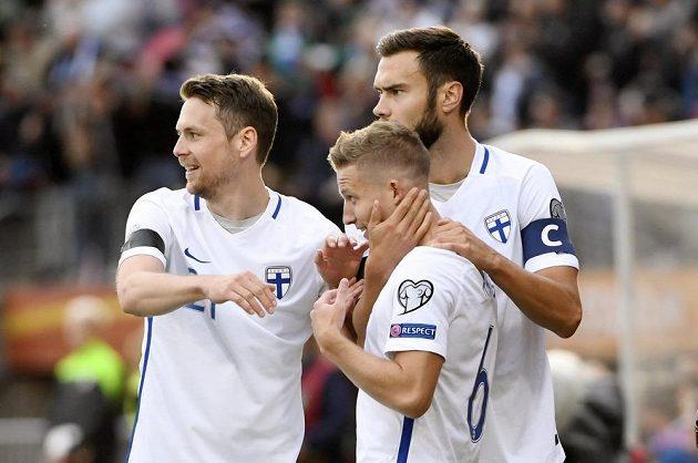 Alexander Ring (6) oslavuje se spoluhráči svůj gól proti Islandu, díky kterému fotbalisté Finska nečekaně zvítězili 1:0.