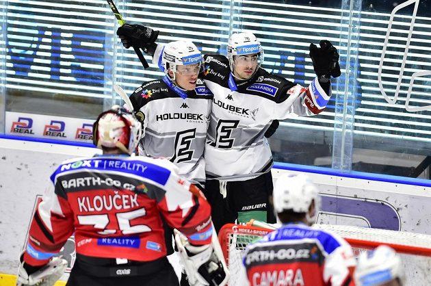 Karlovarští hráči Otakar Šik (vlevo) a Martin Osmík se radují z prvního gólu.