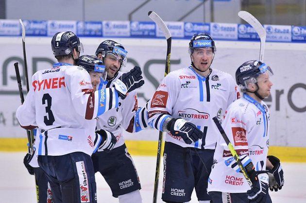 Hráči Liberce se radují z vyrovnávacího gólu proti Plzni, který dal Dávid Gríger (druhý zleva).