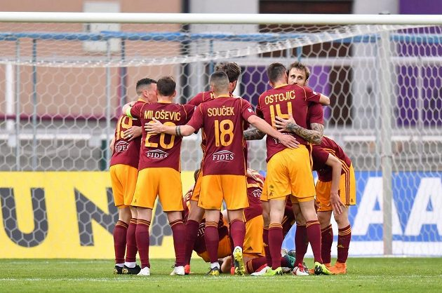 Fotbalisté Dukly se radují z gólu