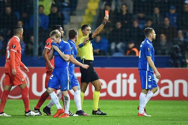 Liberecký záložník Breite dostává červenou kartu v duelu s Fiorentinou.