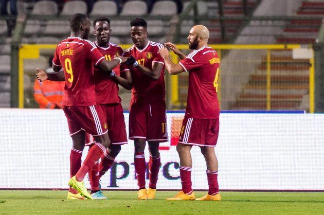 Belgický útočník Divock Origi (druhý zprava) slaví se spoluhráči gól proti Islandu.
