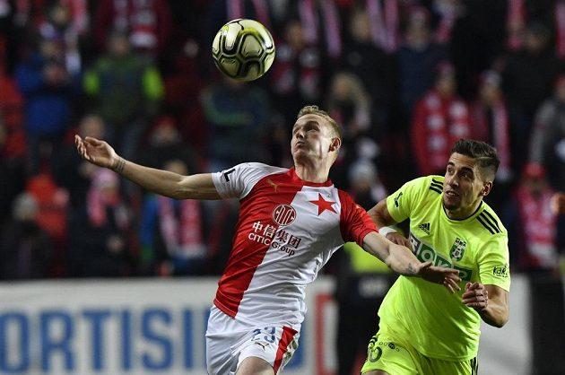 V souboji o míč (zleva) Petr Ševčík ze Slavie a Ondřej Lingr z Karviné.