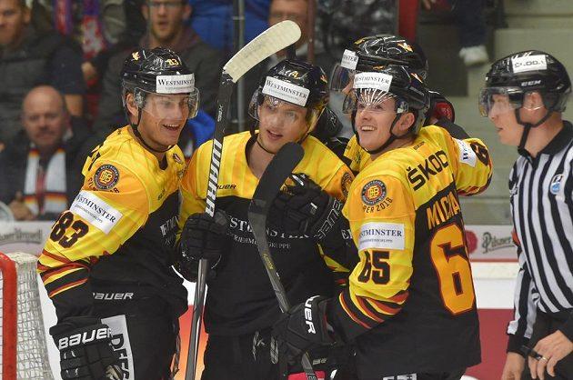 Zleva Leonhard Pföderl, střelec Lean Bergmann, Dominik Bokk a Marcus Weber.
