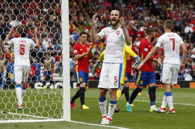 Roman Hubník gestikuluje po neproměněné šanci ve druhé půli utkání se Španělskem.