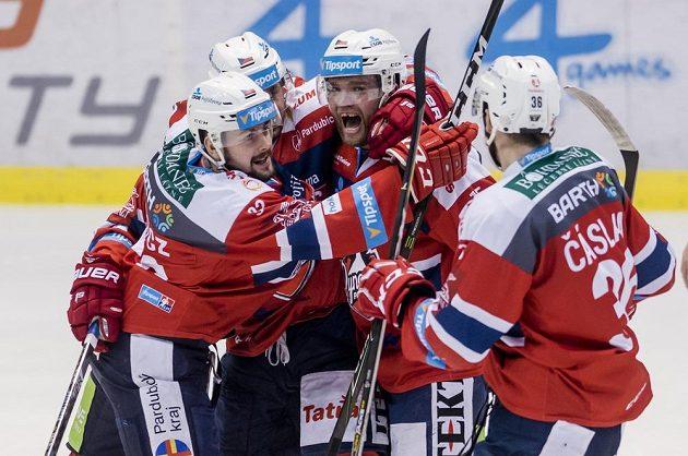 Z gólu během derby s Hradcem se radují pardubičtí hráči (zleva) Rostislav Marosz, autor branky Tomáš Rolinek, Marek Trončinský a Petr Čáslava.