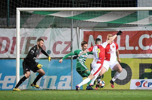Klíčový moment vršovického fotbalového derby. Slavia inkasuje gól z nohy Vodháněla.