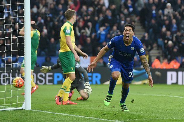 Leonardo Ulloa z Leicesteru oslavuje vítěznou branku do sítě Norwiche.
