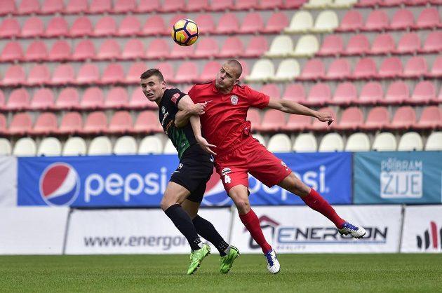 Zdeněk Linhart z Příbrami v souboji s Petrem Pavlíkem z Brna v utkání 28. kola první ligy.