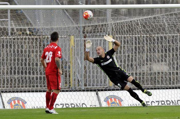 Brněnský brankář Doležal inkasuje první gól od Jablonce, vlevo přihlíží jeho spoluhráč Matúš Lacko.