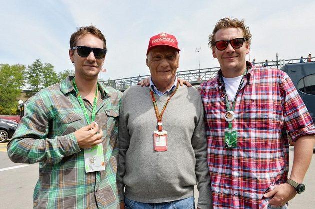 Slavný rakouský jezdec formule 1 Niki Lauda (uprostřed) se syny Mathiasem (vlevo) a Lucasem při GP Španělska formule 1.