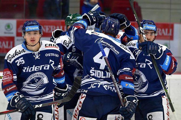 Vítkovičtí hráči se radují z gólu na ledě Karlových Varů.