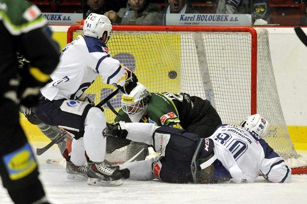 Plzeňský Dominik Simon střílí na konci první minuty utkání první gól karlovarskému brankáři Tomášovi Závorkovi. Vpravo na ledě Nicholas Johnson z Plzně.